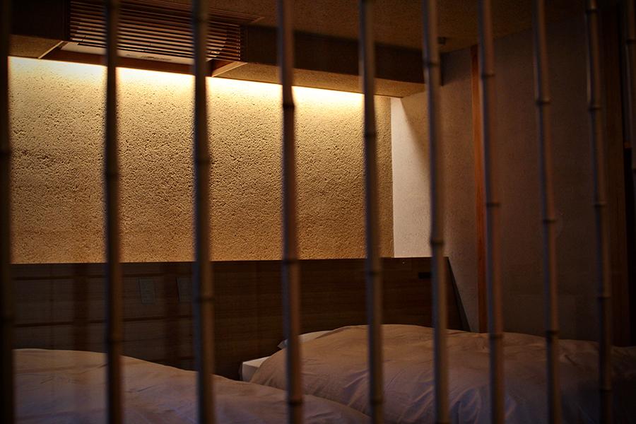 アトリエセツナ 渡邉吉太 かみのやま葉山温泉 名月荘 ベッドルームと他の部屋を仕切るガラスを使った竹格子