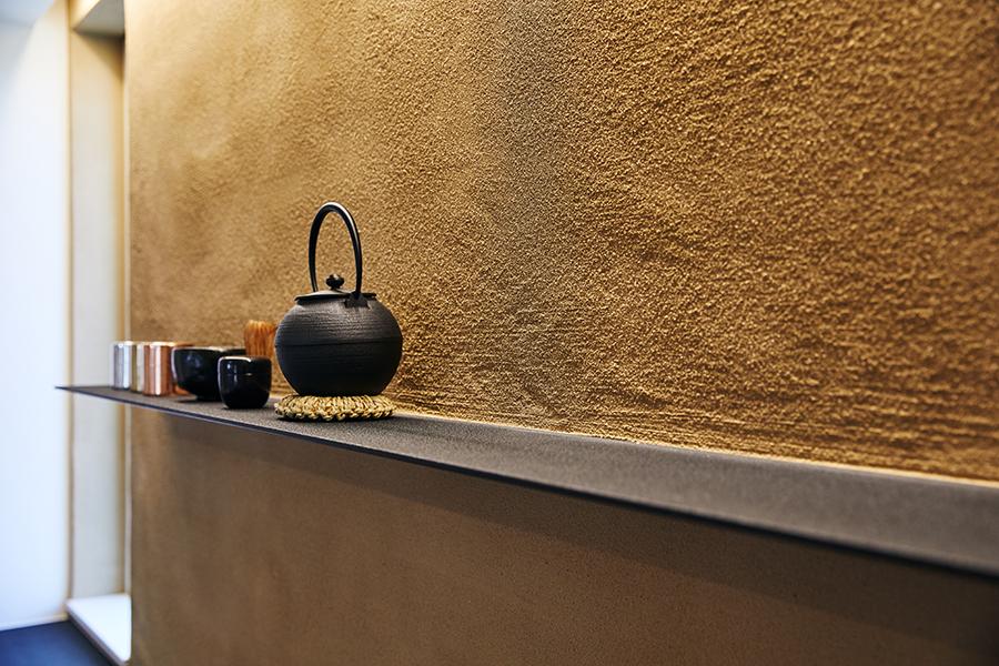 アトリエセツナ 渡邉吉太 ウンノハウス「土間のある家」 鉄板を壁から立ち上げた茶器の棚