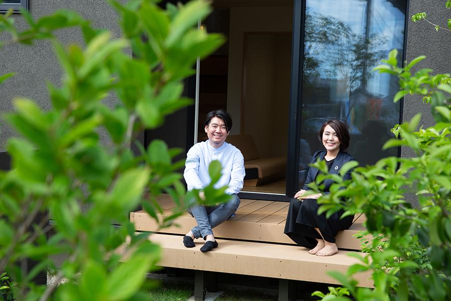 アトリエセツナ 渡邉吉太 ウンノハウスのモデルハウス「土間のある家」で、ウンノハウスの加藤里紗さんと