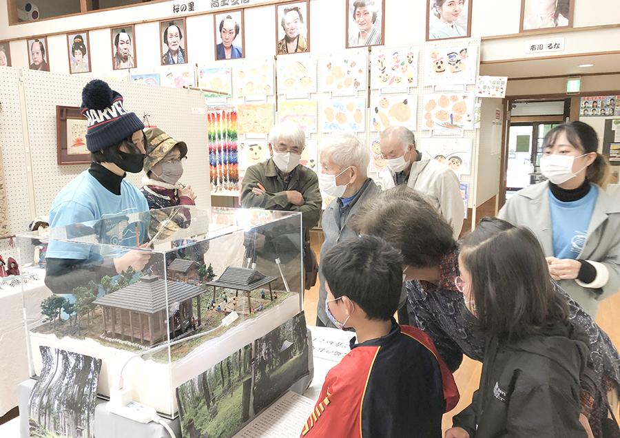 ジオラマを見た年配者の皆さんに大日如来堂の記憶情報をよみがえらせていただいた。文化財保存修復学科の学生たちは大日如来堂の「記憶の記録」として聞き書きを行った