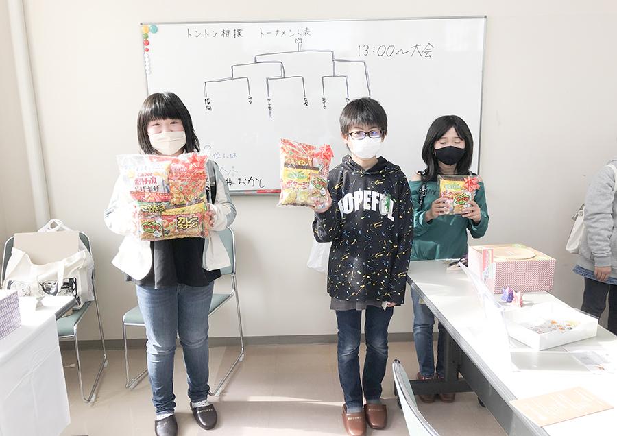 東北芸術工科大学の学生たちが創作したワークショップ「トントン相撲」に参加した小学生の皆さん
