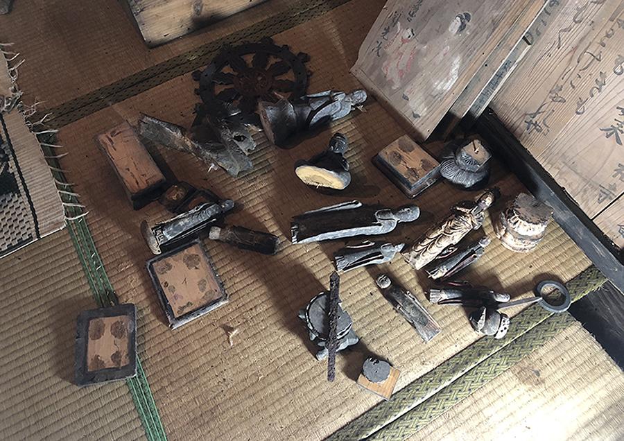 木箱の中から出てきた小さな仏像たち