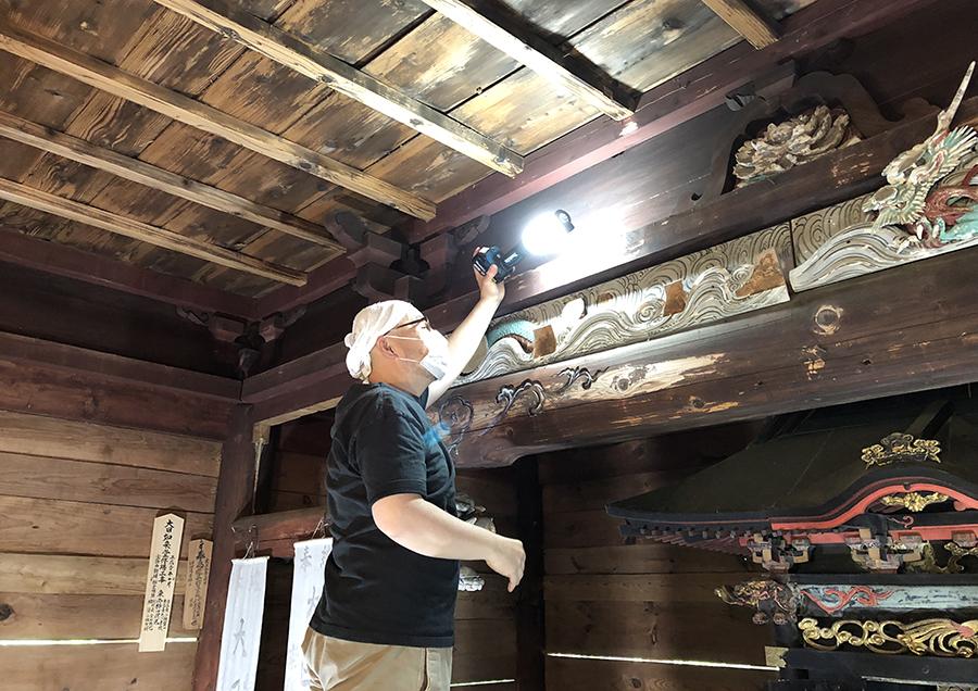 「蛙股彫刻」の保存状態を調査する柿田先生