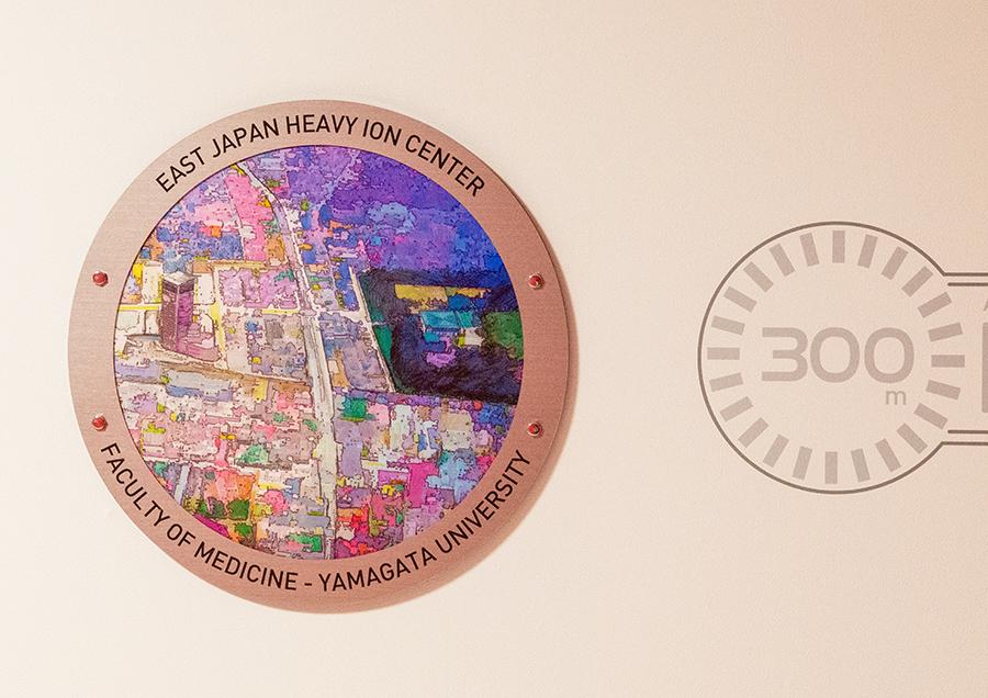 東日本重粒子センター。こちらは300メートル上空からの風景が描かれている。