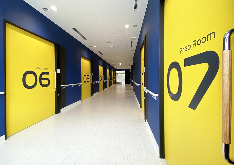 東日本重粒子センター。ロビーの先には治療を受ける方の待機室が8つあり、それぞれに太陽系の惑星の名前がつけられている。