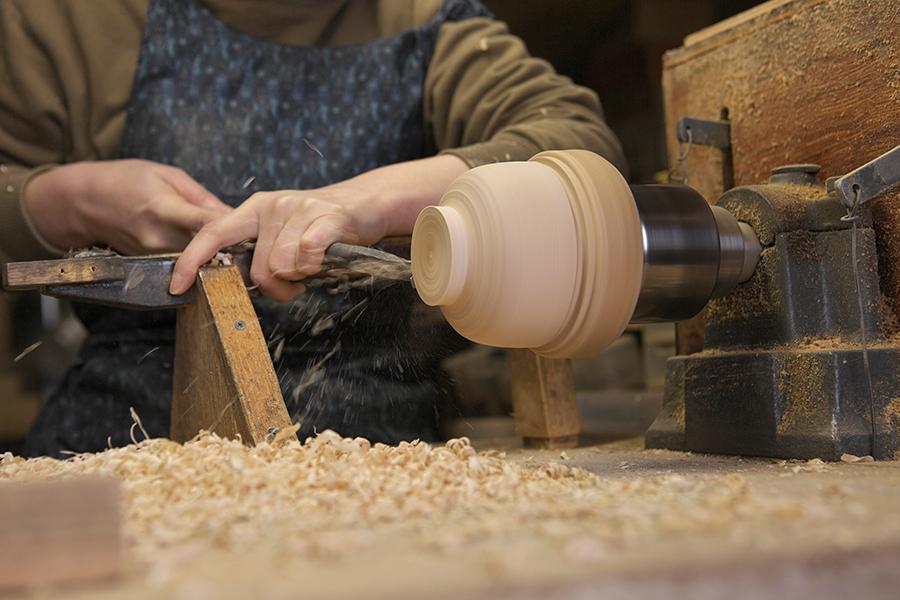 彩木工房まるもん屋 漆芸家 木地作家 早川美菜子さん 木工ろくろで木地を挽く様子