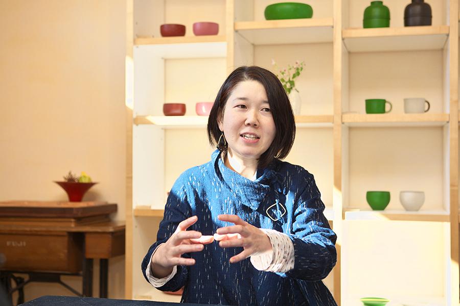 彩木工房まるもん屋 漆芸家 木地作家 早川美菜子さん インタビュー中の様子