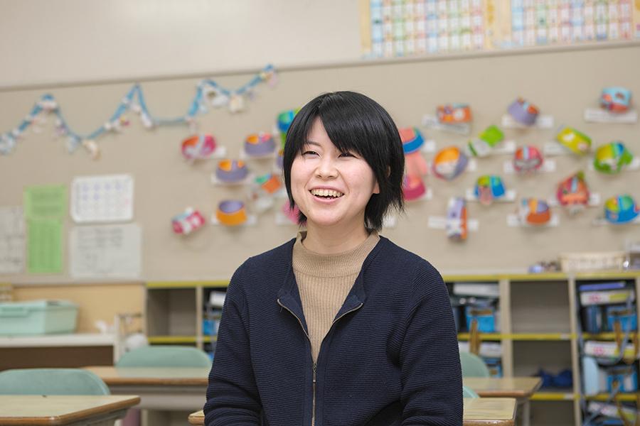 日本画コース卒業生で小学校教諭の小見七望さん インタビュー中の様子