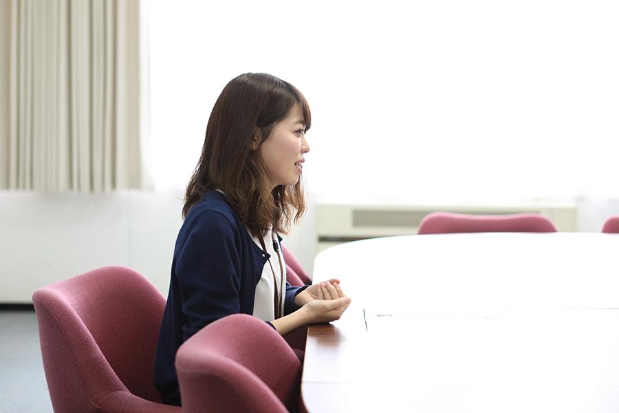 寒河江市美術館 美術館専門員 白田歩香さん インタビュー中の様子