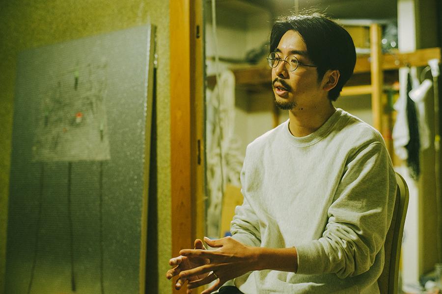 コナミデジタルエンタテインメント勤務 町田太一さん アトリエにてインタビュー中の様子
