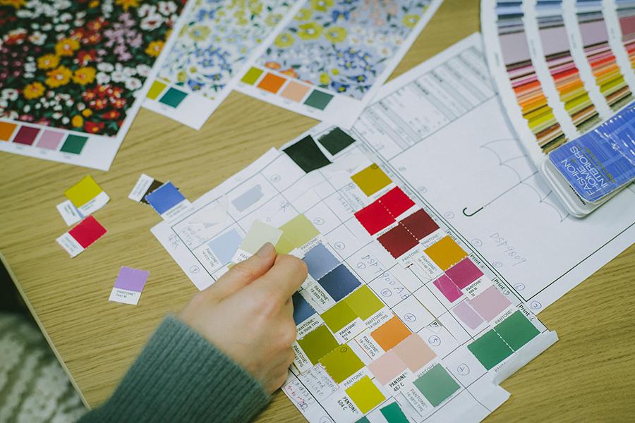 株式会社ビコーズ because 洋傘デザイナー 小川麻衣子さん ビーカーと呼ばれる色見本を手に