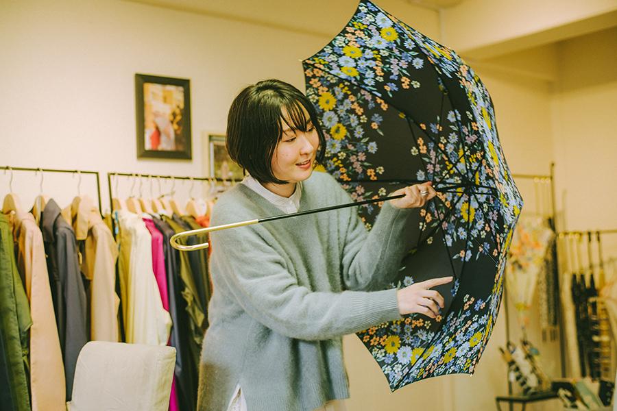 株式会社ビコーズ because 洋傘デザイナー 小川麻衣子さん 自身がデザインを手掛けた傘を広げる