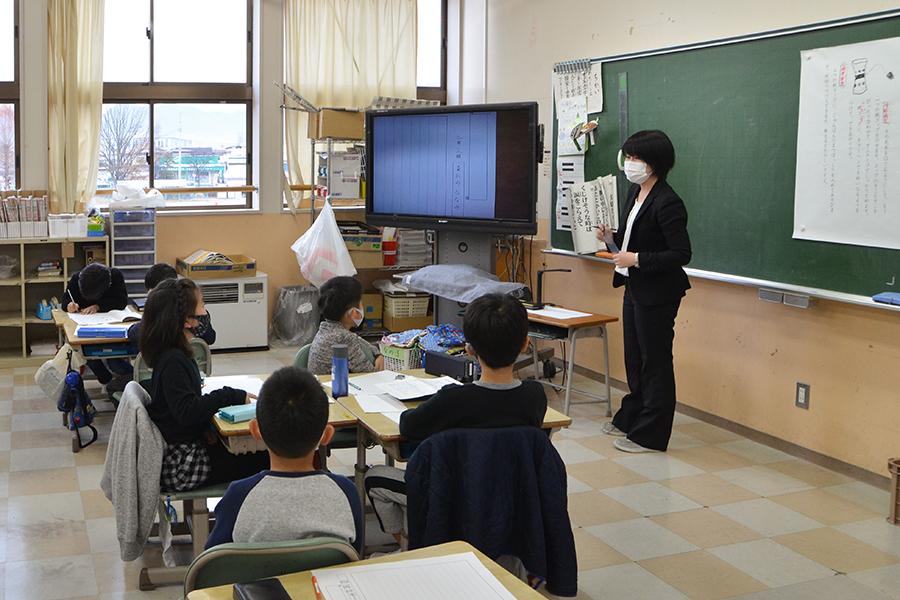 日本画コース卒業生で小学校教諭の小見七望さん 小学校2年生の国語の授業をする様子