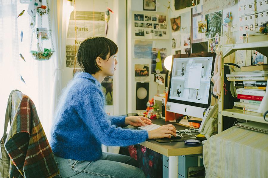 映像監督 ミラーレイチェル智恵さん Rachel Chie Miller 自宅のデスクで編集作業を行う
