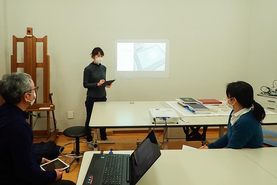 森絵画保存修復工房 文化財修復士 齊藤実花さん 森絵画保存修復工房では互いの知見を共有するための勉強会を開催している