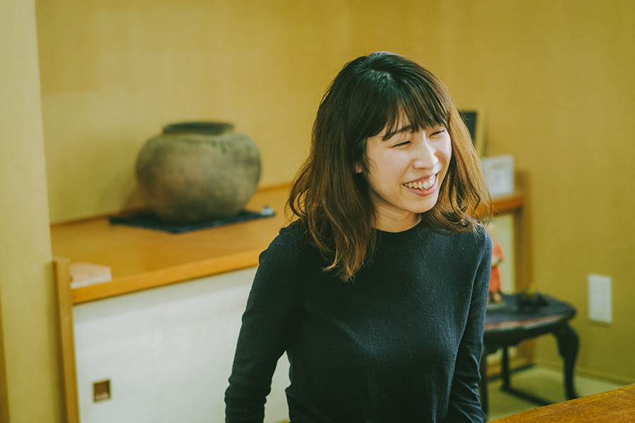 森絵画保存修復工房 文化財修復士 齊藤実花さん インタビュー中の様子