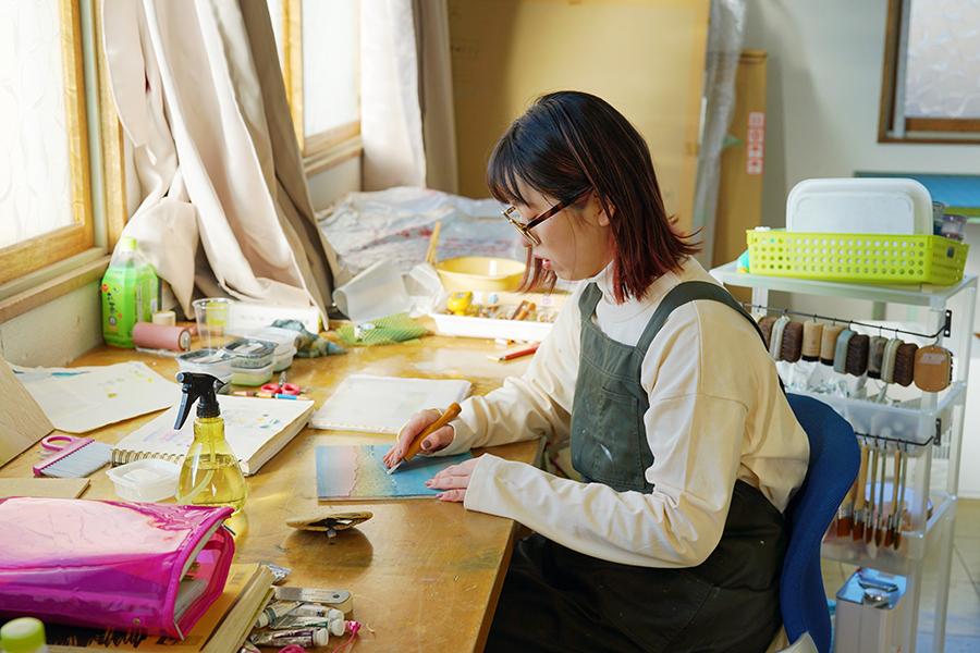 酪農アーティスト、版画家 下山明花さん 使われなくなった児童館を改装したアトリエで、版画制作中の様子
