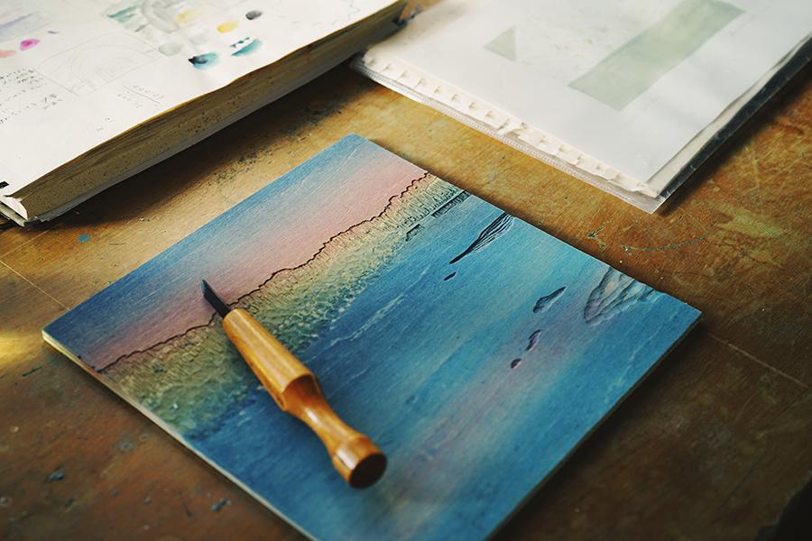 酪農アーティスト、版画家 下山明花さん 木版画の版制作の様子