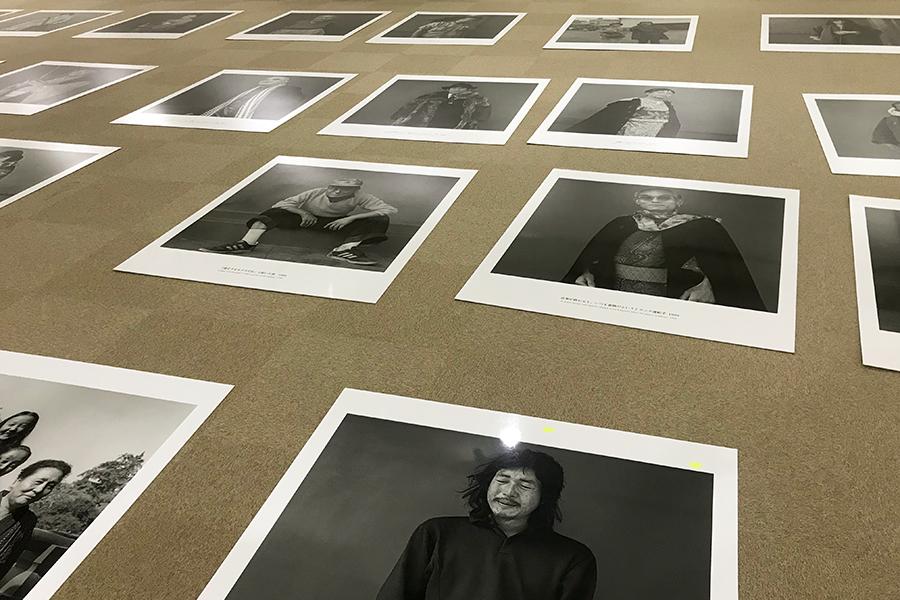 寒河江市美術館 美術館専門員 白田歩香さん 2019年に開催された、寒河江市所縁の写真家・鬼海弘雄の写真展。多くの場合、写真家本人が各作品の配置を考えるが、この写真展では白田さんがそれを担った