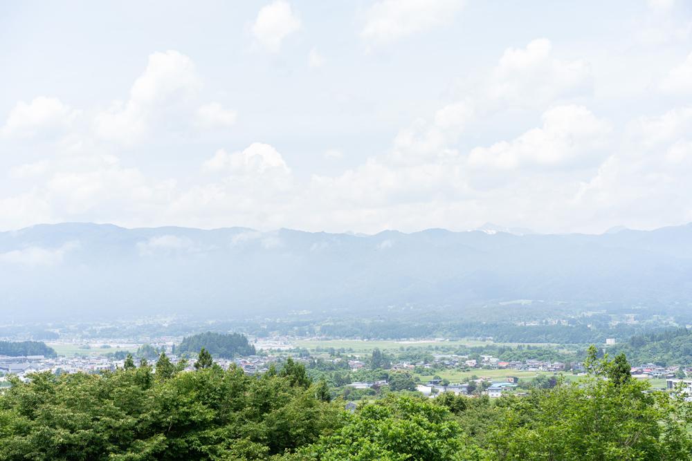 株式会社とみひろ 養蚕部 兼 広報部 星美沙子さん 山形県白鷹町の丘陵に位置するとみひろ養蚕所からの眺望